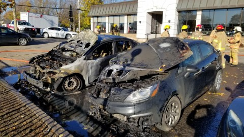 Deux voitures sont la proie des flammes dans le stationnement du Restaurant à la Rive