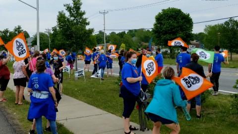 Plus de 200 employés de soutien scolaire manifestent devant l'école Louis-Jacques-Casault